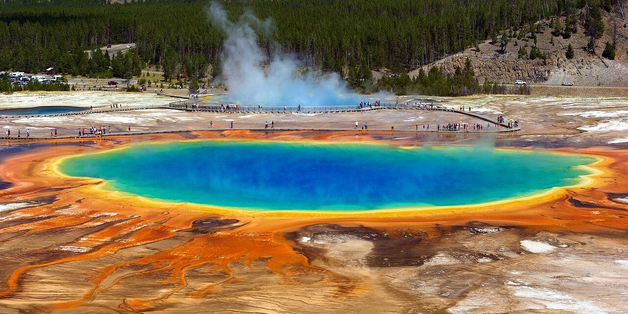 https://hungarianhub.com/wp-content/uploads/2020/07/grand-prismatic-spring-3799785_1280-1280x640.jpg